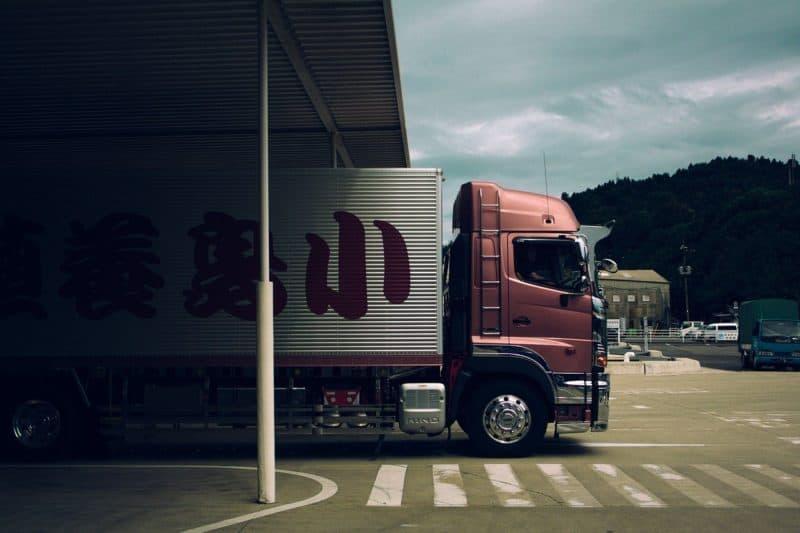 משאית הובלות אדומה