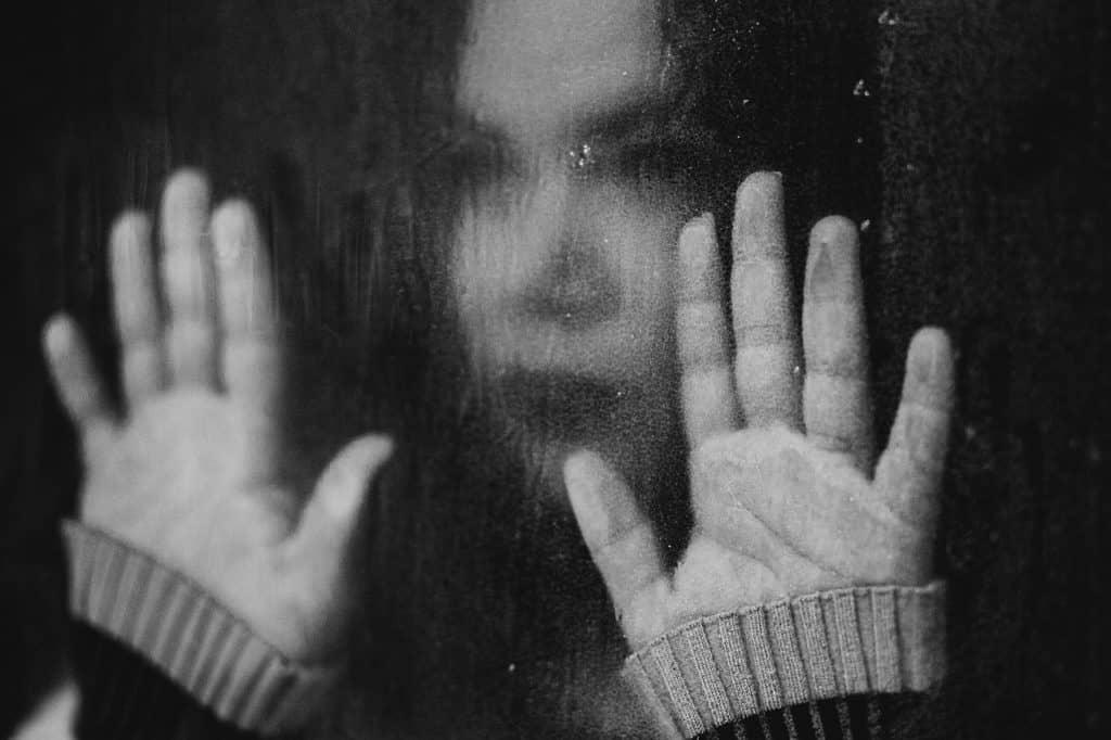 אישה עם ידיים חלון